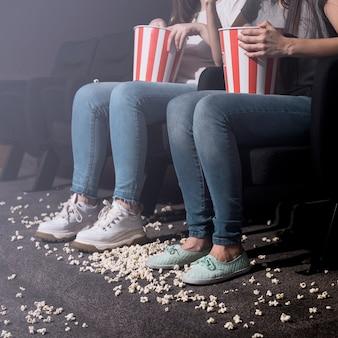 Meisjes met popcorn in de bioscoop