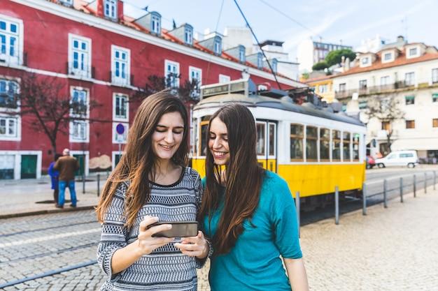 Meisjes met smartphone in lissabon