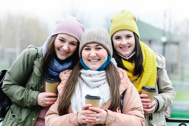 Meisjes met verlaagde gezichtsmaskers kijken naar de voorkant en glimlachen