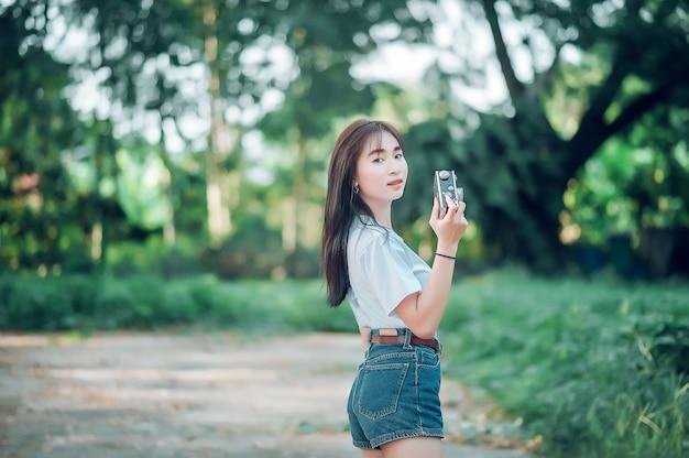 Meisjes nemen een toeristische camera