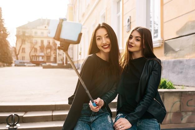Meisjes nemen van een selfie in een stad