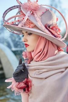 Meisjes nieuwe mode vogue creatieve kleding poseren buitenshuis, roze jurk en hoed, etnische kleding, franse mode