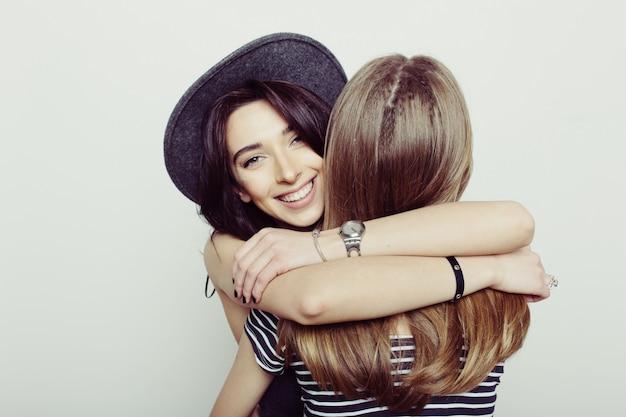 Meisjes omhelzen elkaar