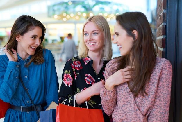 Meisjes ontmoeten elkaar in het winkelcentrum