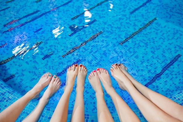 Meisjes ontspannen in het zwembad.