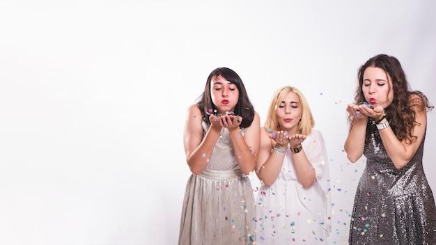 Meisjes op feest met confetti