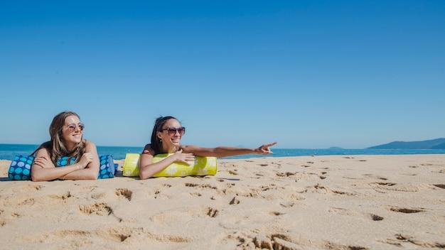 Meisjes op het strand ergens kijken
