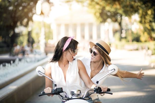Meisjes op scooter