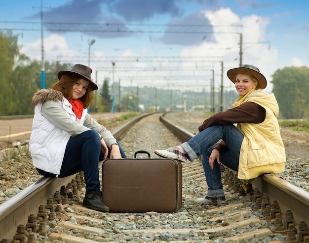 Meisjes op spoorweg
