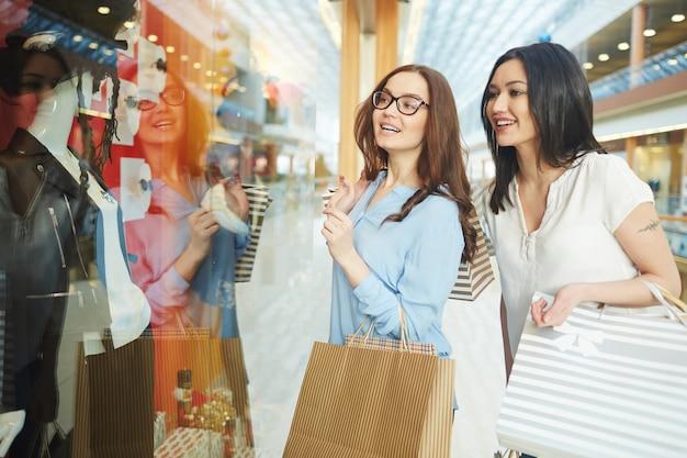 Meisjes op zoek naar de winkel display