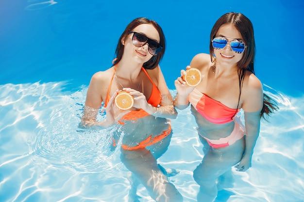Meisjes op zomerfeest in het zwembad