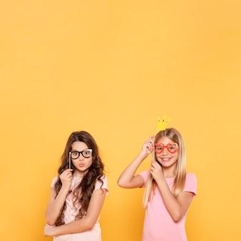 Meisjes plating met maskers