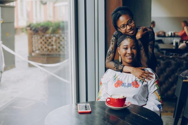 Meisjes rusten in het café