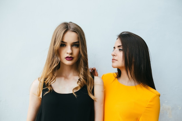 Meisjes samen met een witte achtergrond
