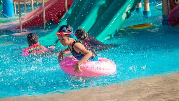 Meisjes spelen in het water met plezier in het waterpark.