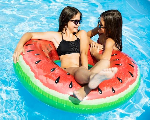 Meisjes spelen in het zwembad
