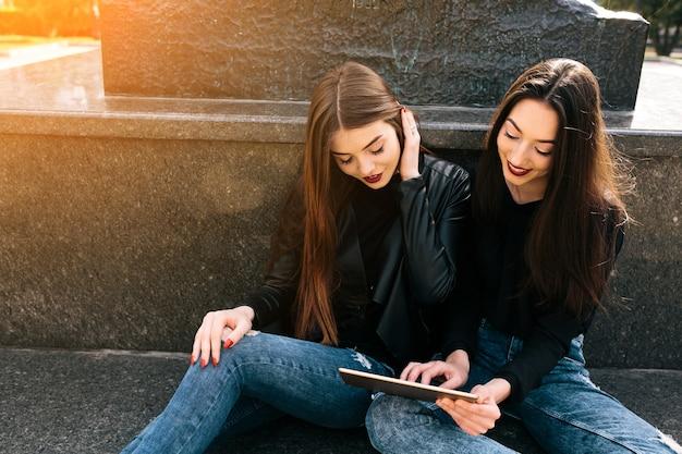Meisjes spelen met een tafel