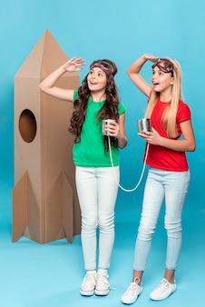 Meisjes spelen vlieger met cartoon vliegend schip