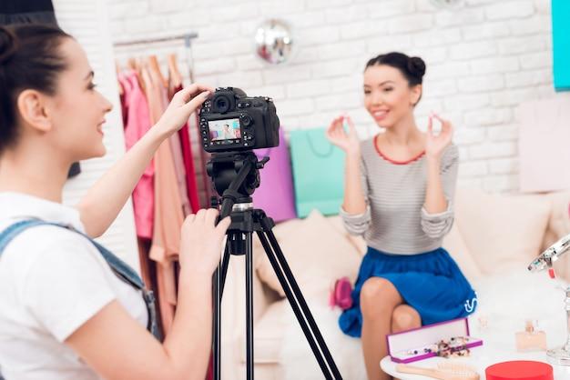 Meisjes steken oorbellen op met een meisje achter de camera