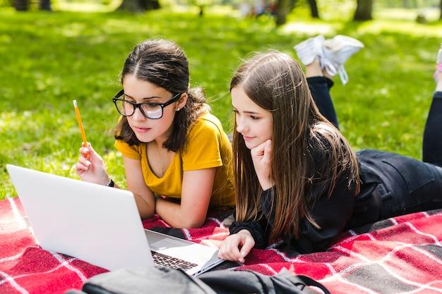 Meisjes studeren met laptop