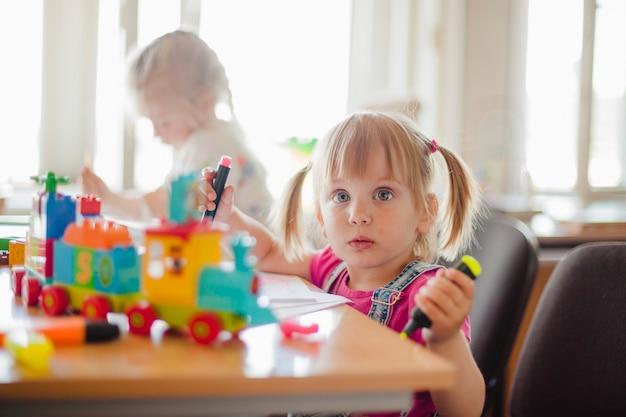 Meisjes tekenen in speelkamer