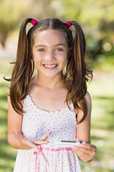 Meisjes testende diabetes op glucosemeter