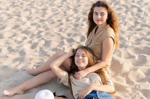 Meisjes tijd samen doorbrengen op het strand