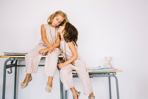 Meisjes tonen tongen aan elkaar