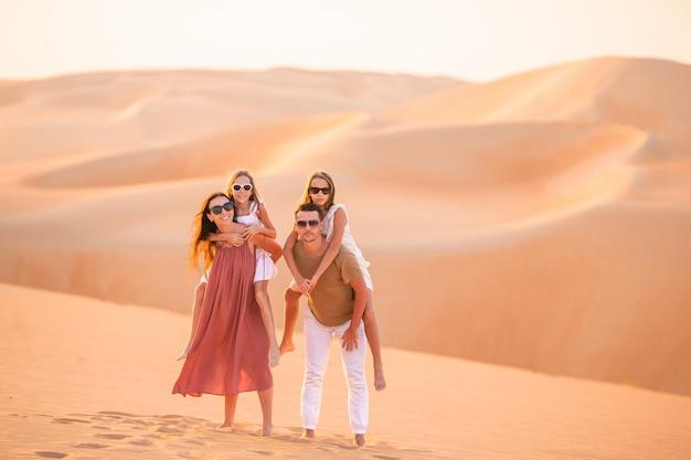 Meisjes tussen de duinen in de rub al-khali-woestijn in de verenigde arabische emiraten