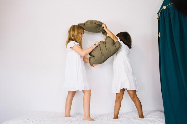 Meisjes vechten met kussens