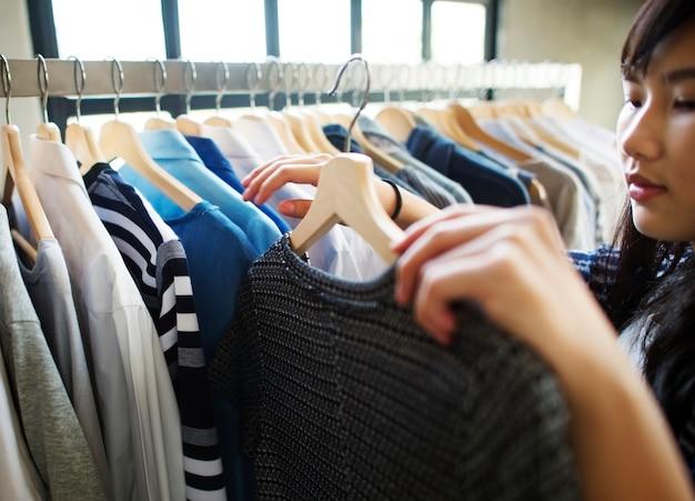 Meisjes winkelen voor kleding