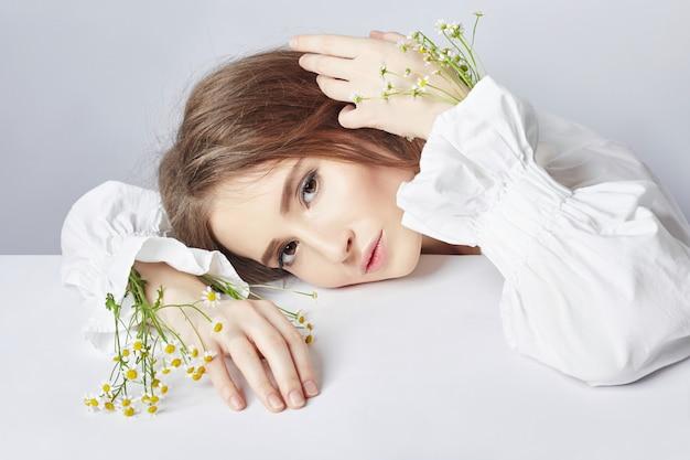 Meisjes witte lichte kleding en krullend haar, portret
