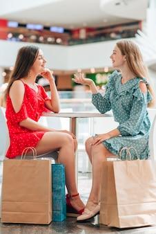 Meisjes zitten en een praatje maken