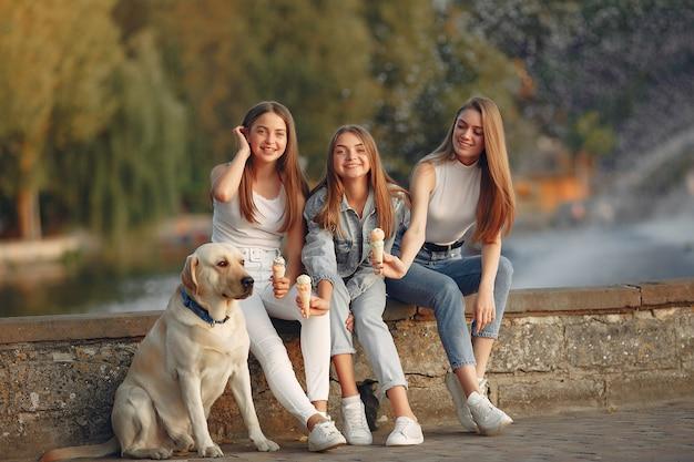 Meisjes zitten in een lente stad met schattige hond