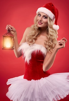 Meisjesachtige jurk op de sexy kerstman