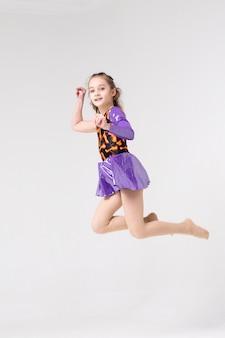 Meisjesatleet in een sprong