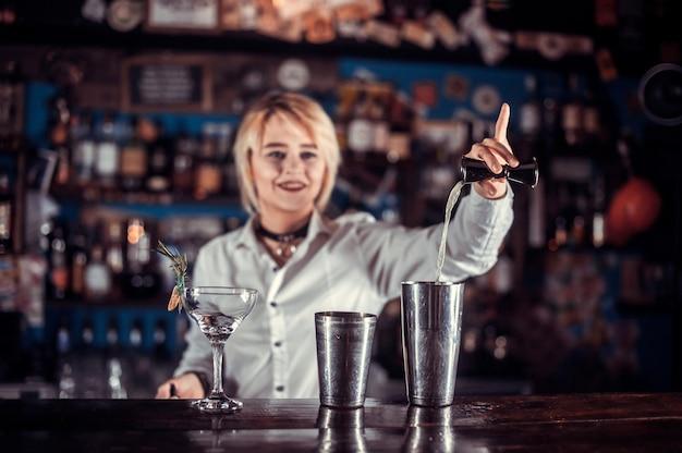 Meisjesbarman formuleert een cocktail in het portiershuis