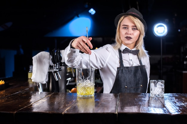 Meisjesbarman maakt een cocktail in de brasserie