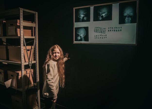 Meisjesdetective gebruikt de densitometer voor de studie van belangrijk bewijsmateriaal. het concept van de kinderhobby