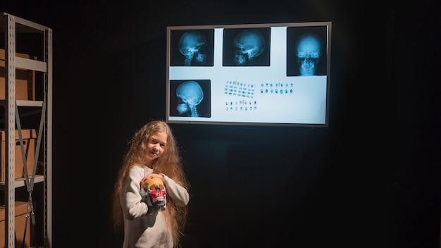 Meisjesdetective gebruikt een negatoscoop om de zoektocht te voltooien. het concept van de kinderhobby