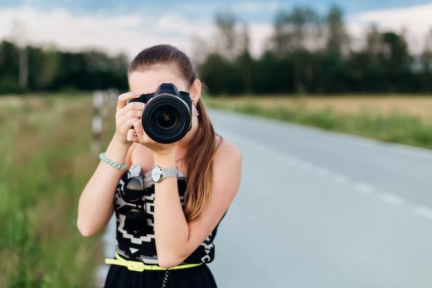 Meisjesfotograaf die foto direct bij de camera nemen. jonge vrouw