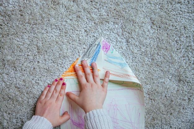 Meisjeshanden die een creatief document vliegtuig doen