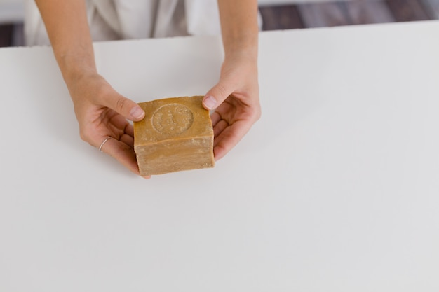 Meisjeshanden die natuurlijke zeep houden