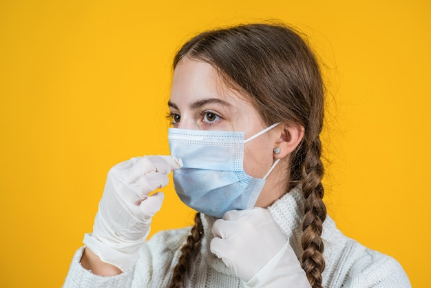 Meisjeskind dat een ademhalingsmasker draagt om te beschermen tegen coronavirus, veilig.