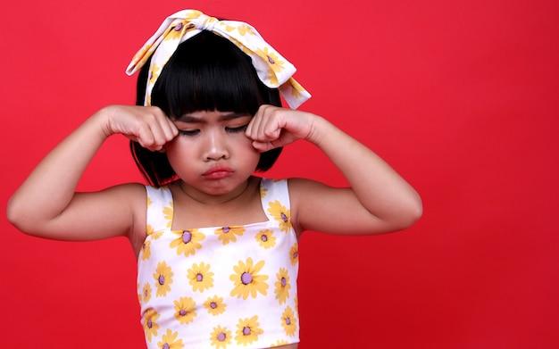 Meisjeskind die in studio huilen.