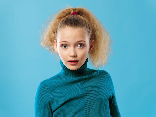 Meisjeskind het stellen in studioportret