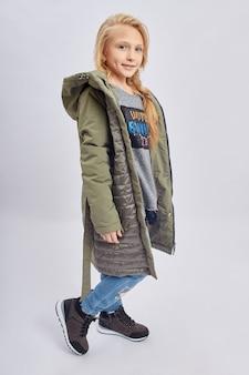 Meisjeskind in heldere de lentekleren. romantisch uiterlijk en glimlach op je gezicht