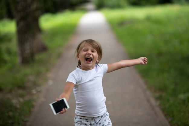 Meisjeskind met smartphone, kinderjarentechnologie