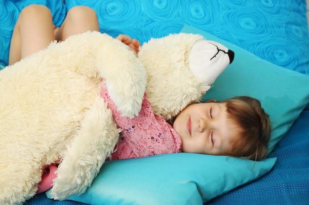 Meisjeslaap met teddybeer