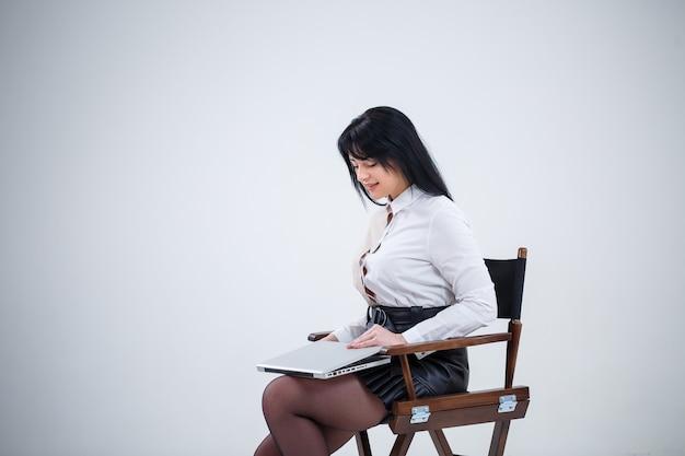 Meisjesleraar, zakenman bestudeert een nieuw project op een laptop. werkdag concept